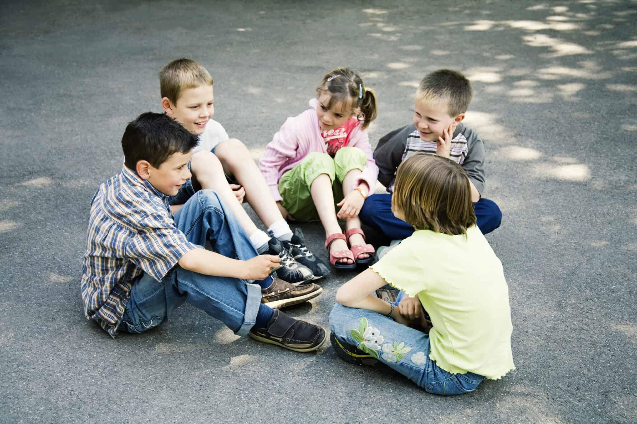 детей картинка вокруг стоят фотообои